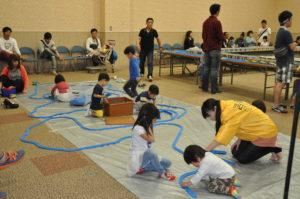 プレイコーナーでは、子ども達が線路を作って遊びました!